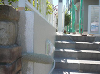 門塀も1階と同じカラーで塗装しました。階段と側板の間がかなり空いていたので、補修モルタルで隙間を埋めてから塗装しました。