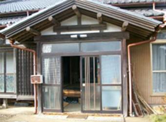経年変化や東日本大震災の影響により玄関引き戸の開け閉めができなくなっていました。戸を取り付ける建物自体に歪みが発生していたため、特注寸法の引き戸を作ることにいたしました。
