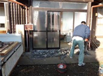 玄関引き戸は簡単に外れないように作られているため、まずは土間コンクリートを解体してサッシの枠を取り出せるようにします。
