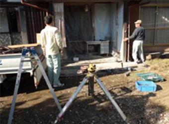 経年変化や震災により歪んでしまった建物を可能な限り、まっすぐな状態に修正していきます。