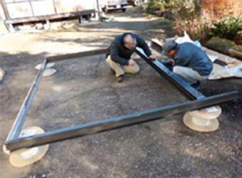 間口9尺(約2700ミリ)という大きなサッシのため、工場ではなく現地で組み立てます。