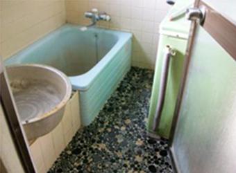 以前のお風呂は入り口の段差が問題でした。システムバスにすることで危険な段差を解消することにしました。