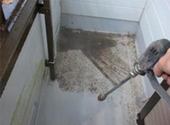 バルコニーの床も塗装するためきれいに洗浄します。