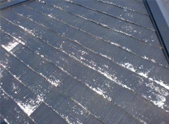洗浄が終わった屋根の様子です。洗浄によって、新塗膜の密着性が良くなります。