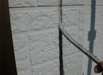 コーキングは通常、2点接着なので、左右の接着部分を切り離してあげると、このように簡単に剥がれます。