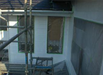 外壁の下塗り後の様子です。真っ白になったことで、どんな色に塗っても元の色が出ることはありません。