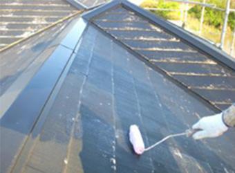 屋根の下塗の様子です。以前に塗装したことがあるということで、エスケー化研の水性クールタイトシーラーを使用しました。