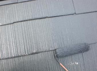 屋根の中塗りの様子です。エスケー化研の水性クールタイトシリコンを使用しています。