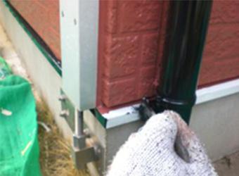雨樋や土台水切りを塗装しています。こういう細かいところを塗装するのは、わりと気をつかいます。