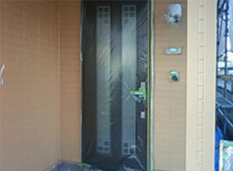 ドアに塗料が付いてしまわないよう保護しました。
