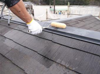 屋根の下塗りをしている様子です。アトミクスの浸透性プライマーを使用しています。中塗りや上塗りの密着を良くし、仕上がりが美しくなります。