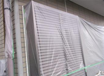 窓や雨戸には、塗料が垂れても問題ないようにビニールで養生しました。
