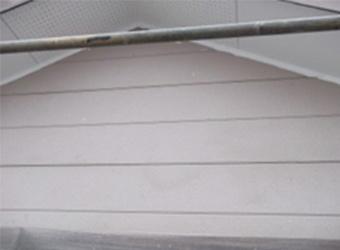 軒天と外壁の間にも、新しいシーリングを充填しました。