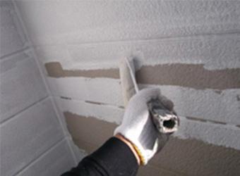 2階外壁部分の下塗りをしている様子です。エスケー化研の水性ミラクシーラーエコを使用しています。