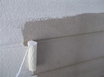 同じく2階外壁部分の下塗りをしている様子です。この下塗りが仕上がりの美しさを左右します。