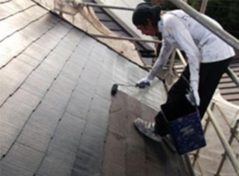 屋根の中塗りをしている様子です。アトミクスの遮熱マイルドワンを使用しています。