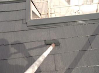 屋根の上塗りをしている様子です。アトミクスの遮熱マイルドワンを使用しています。