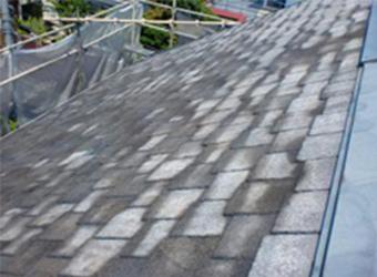 屋根の高圧洗浄の様子です。普段は目にする事が無い屋根も中々汚れが溜まっていました。
