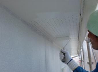 軒天の下塗りをしています。この後もう一度塗って仕上がりとなります。