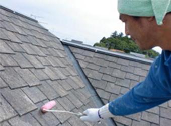 屋根の下塗り作業の様子です。この作業をすることで、中・上塗りの塗料を密着させることができます。