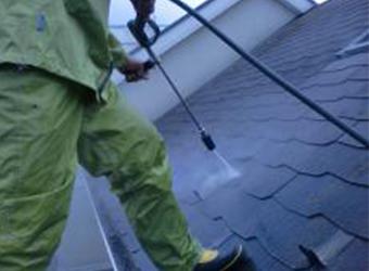 高圧洗浄の様子です。屋根は長年の汚れがこびりついています。