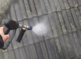 屋根の高圧洗浄の様子です。汚れがこびりついていました。