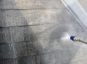 屋根の高圧洗浄の様子です。長年の汚れを落とし、新たな塗料の密着度を高めます。