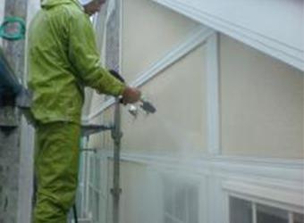 外壁部分の高圧洗浄の様子です。長年の汚れを落として新たな塗料の密着度をアップします。