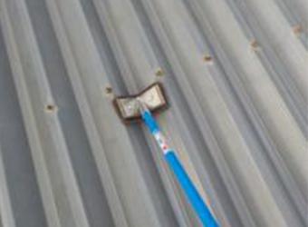 折板用のケレン道具があります。先がV字になっていて、折板の谷部分にぴったりフィットします。