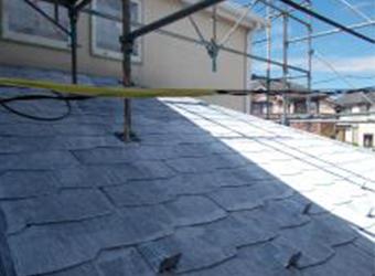 洗浄後の屋根の状態です。古い塗膜がすっかり落ちて下地が見える状態になっています。