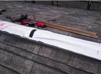 ヌキ板の上から透湿防水シートを貼り付けます。
