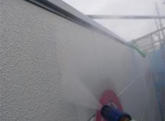 外壁の高圧洗浄です。ここで塗膜が弱っていたためALCがところどころ欠けてしまいましたので、ミラクファンドKC-1000で補修しました。
