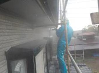 外壁も15年の汚れを洗い流し、新規塗料の密着を高めます。