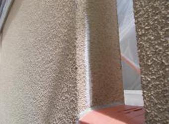 スムースエポを充填して、モルタル外壁のクラック補修をしています。