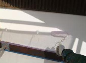 外壁の下塗りの様子です。微弾性フィラーのエスケー化研・水性ソフトサーフSGを使用しています。