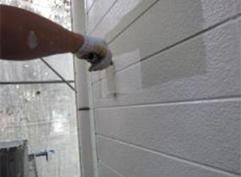 外壁の下塗りの様子です。エスケー化研水性ミラクシーラーエコを使用しています。