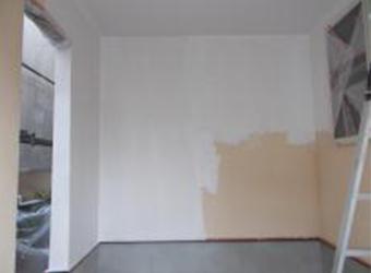 車庫の中の下塗りの様子です。エスケー化研の水性ソフトサーフSGを使用しています。