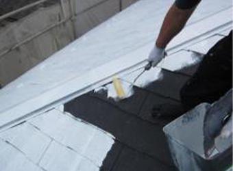 屋根の下塗りです。ミズタニの快適サーモマイルドシーラーを使用しています。