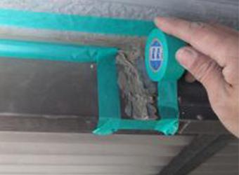 雨漏り修理のために以前の業者さんがベタベタにコーキングされていました。この部分は雨漏りと関係ありません。