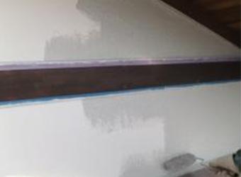 外壁の中塗りの様子です。エスケー化研のクリーンマイルドシリコンを使用しています。