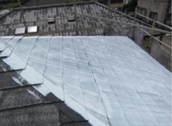 屋根の下塗りです。ミズタニ・快適サーモマイルドシーラーを使用しています。
