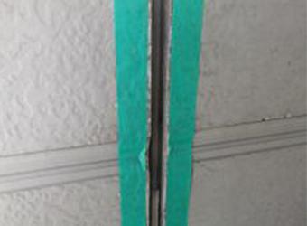 新規コーキングをする前に、マスキングテープで養生をします。