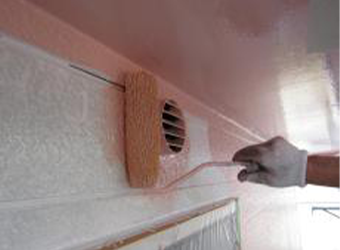 外壁の中塗りの様子です。エスケー・クリーンマイルドシリコンを使用しています。