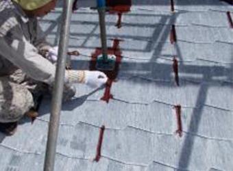 屋根の下塗りの様子です。ミズタニのカイテキサーモマイルドシーラーを使用しています。