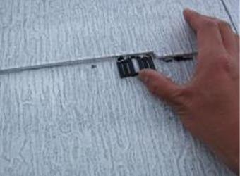 屋根材の縁切り用タスペーサーを挿入しています。