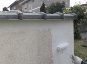 塀の塗膜が痛んでいない箇所の下塗りの様子です。エスケー化研・の性ソフトサーフSGを使用しています。