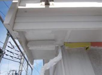 軒天を塗っています。ニッペのケンエースを使用しています。