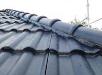 屋根、漆喰部分を拡大撮影しました。漆喰の上に塗装をしてあるようですが、漆喰自体は問題ないようです。