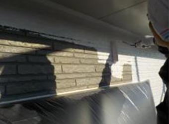 外壁の下塗りの様子です。エスケー化研・水性ミラクシーラーエコを使用しています。凹凸ある外壁は多量の材料を使用します。