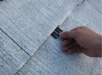 屋根材には縁切り材を挿入します。セイム・タスペーサー02です。これを施工しないと雨漏りの可能性が高まります。
